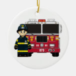 Bombero con el ornamento del coche de bomberos