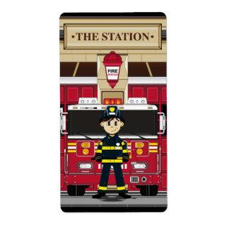 Bombero con el pegatina del coche de bomberos etiquetas de envío