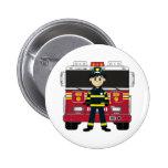 Bombero con la insignia del coche de bomberos pin