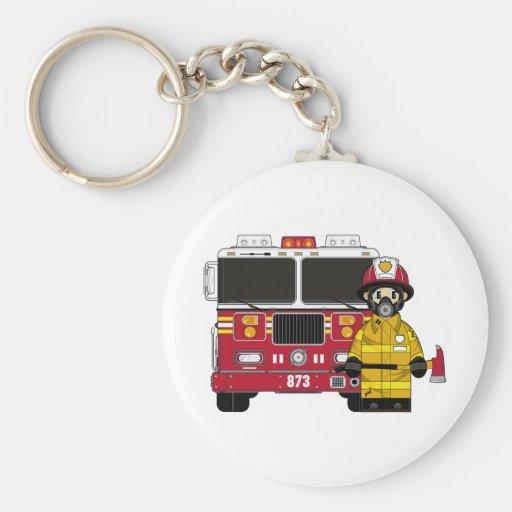 Bombero con llavero del coche de bomberos