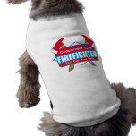 Bombero de encargo con las hachas camisa de perro