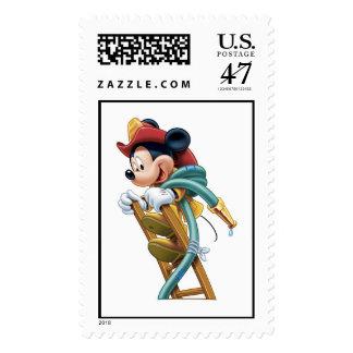 Bombero de Mickey Mouse en escalera Sello