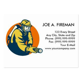 Bombero del bombero con la manguera de bomberos tarjetas personales