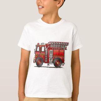 Bombero del coche de bomberos de la escalera polera