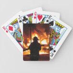 Bombero en las llamas barajas de cartas