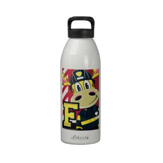 Bombero lindo de la jirafa del dibujo animado botellas de agua reutilizables