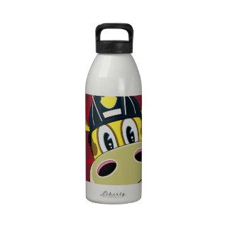 Bombero lindo de la jirafa del dibujo animado botallas de agua