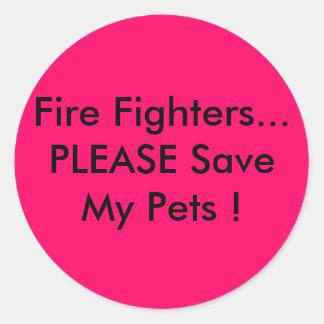 Bomberos… ¡Ahorre POR FAVOR a mis mascotas! Pegatina Redonda