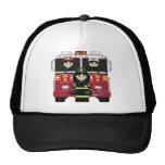 Bomberos con el casquillo del coche de bomberos gorros