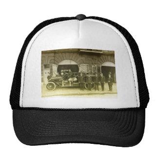 bomberos de los 1900s y su motor gorras