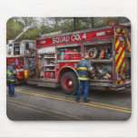 Bomberos - el coche de bomberos moderno tapetes de ratón
