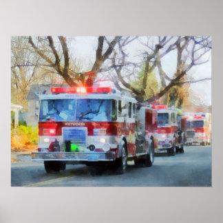 Bomberos - línea de coches de bomberos en desfile póster