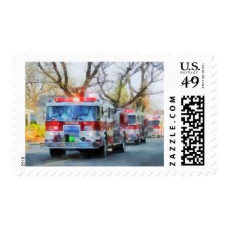 Bomberos - línea de coches de bomberos en desfile sello