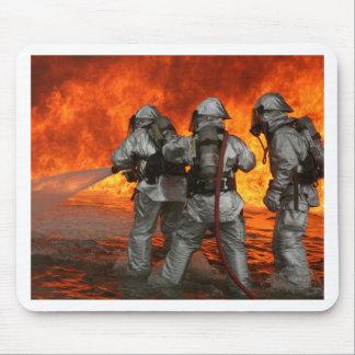 Bomberos que luchan un fuego alfombrilla de ratón
