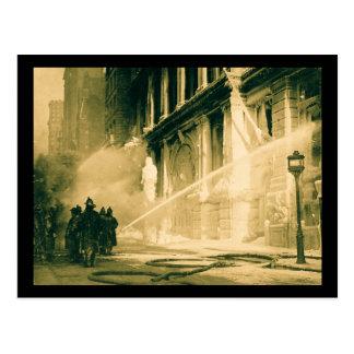 Bomberos que rocían la calle Nueva York del pino Postal