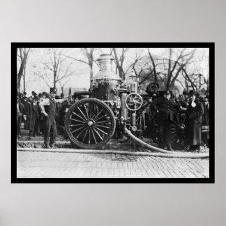 Bomberos y su coche de bomberos 1910 posters