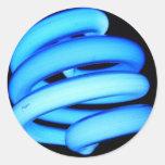 Bombilla torcida en el azul de neón etiqueta redonda