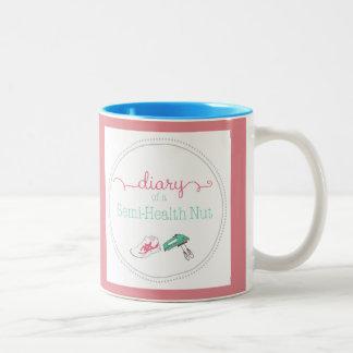 Bonito en diario rosado de una taza de la nuez de