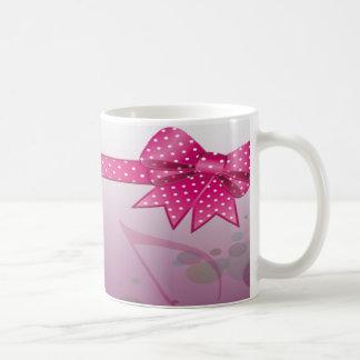 Bonito en el café rosado de Bday Taza Básica Blanca