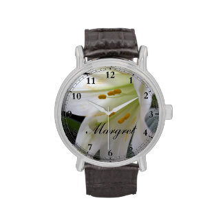 Bonito, flor blanca pura del lirio de pascua en reloj de mano