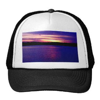 Bonito mágico de la puesta del sol del lago gorros