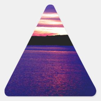 Bonito mágico de la puesta del sol del lago pegatina triangular