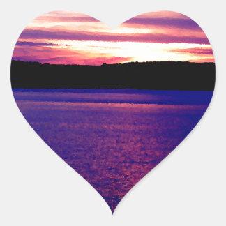 Bonito mágico de la puesta del sol del lago pegatina en forma de corazón
