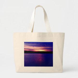 Bonito mágico de la puesta del sol del lago púrpur bolsas