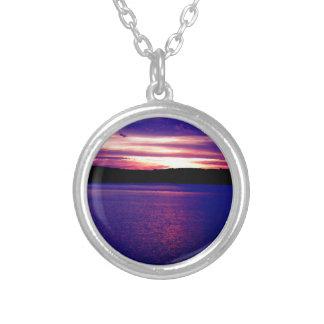 Bonito mágico de la puesta del sol del lago púrpur collar
