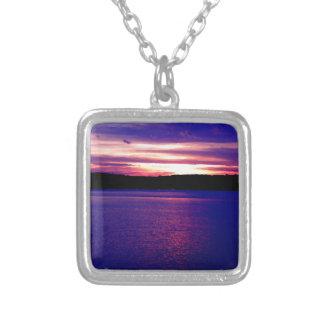 Bonito mágico de la puesta del sol del lago púrpur pendiente