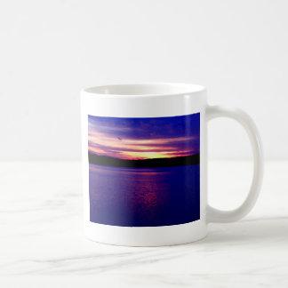 Bonito mágico de la puesta del sol del lago taza clásica
