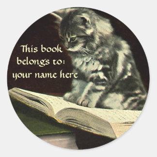 Bookplate animal de la lectura del gatito del pegatina redonda