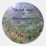 Bookplate brumoso del jardín pegatina redonda