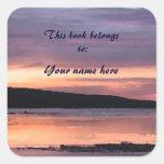 Bookplate de la puesta del sol del lago calcomanía cuadrada personalizada