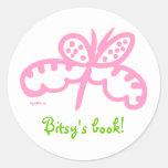 bookplate rosado de la mariposa etiquetas redondas