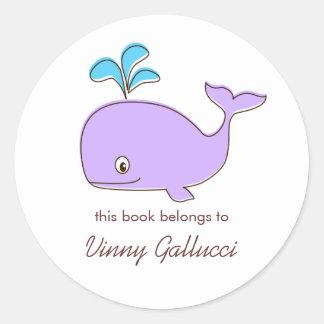 Bookplates de la ballena púrpura y azul pegatina redonda