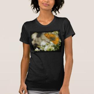 Borde anaranjado del negro de la mariposa camiseta