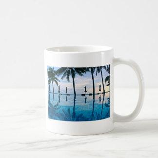 Borde de la piscina de la costa taza de café