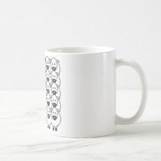 Border collie en las ovejas taza de café