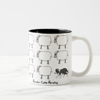 Border collie que reúne la taza de las ovejas