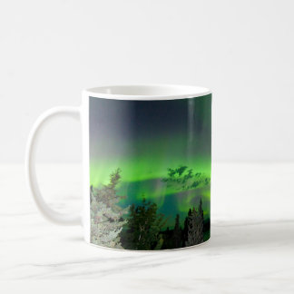 Borealis de la aurora sobre bosque boreal taza de café