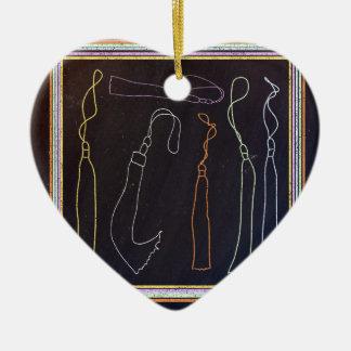 Borlas coloridas en el marco, pizarra adorno navideño de cerámica en forma de corazón