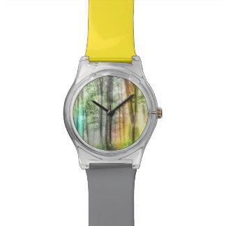 Bosque borroso reloj de mano