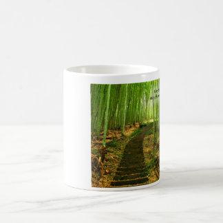 Bosque de bambú verde enorme con la vieja taza de café