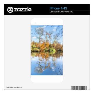 Bosque de la caída con imagen de espejo en agua skins para eliPhone 4