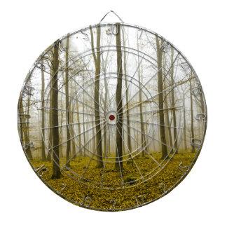 Bosque de la fantasía con las hojas de la niebla y
