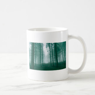 Bosque de la fantasía con niebla en verde taza de café