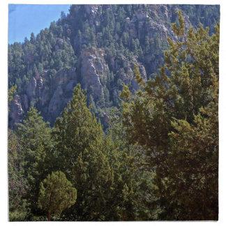 Bosque de la montaña servilleta imprimida