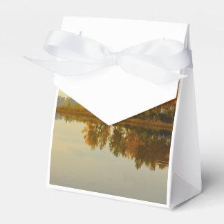 Bosque del otoño por el río cajas para detalles de boda
