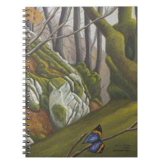 Bosque encantado con el cuaderno azul de la maripo
